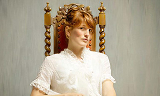 femme sur une chaise