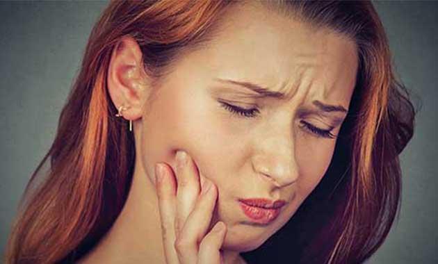 Femme souffrant d'un abcès endodontique