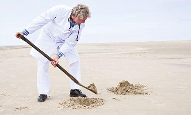 docteur creusant dans le sable