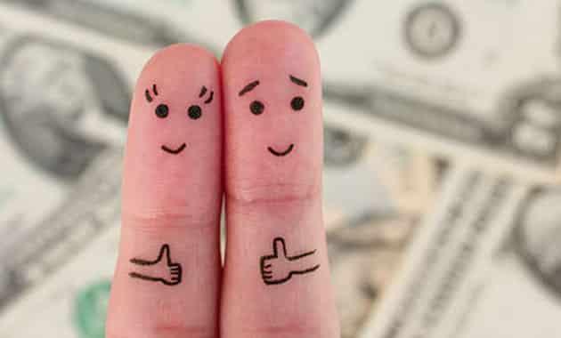 deux doigts serrés