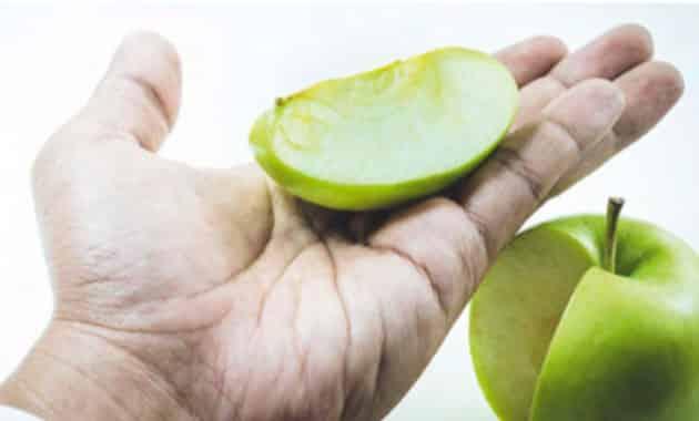 main avec pommes