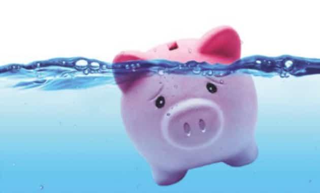 cochon tirelire se noyant