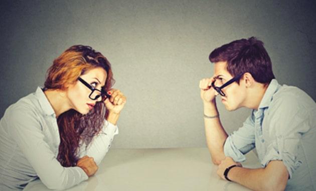 homme et femme se regardant enerves
