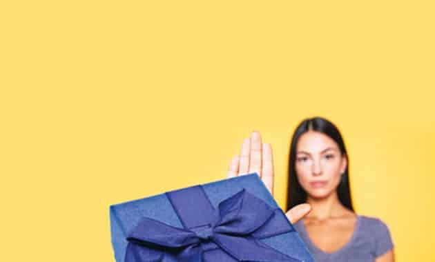 femme refusant les cadeaux