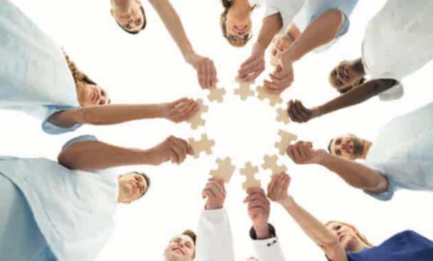 mains réunies avec un puzzle