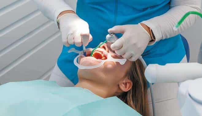 Dr Louin s'occupant d'une patiente