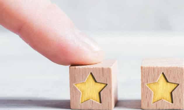 doigt sur cube en bois avec étoile