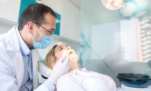 Un dentiste en consultation.